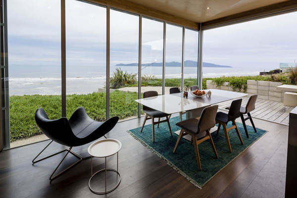 beachfront-home-boconcept-dining-setting